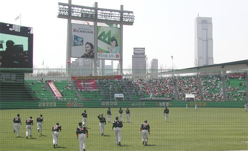 LG Twins players warming up